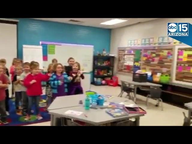 Niños Le Cantan Las Mañanitas Con Señas A Su Conserje Sordo