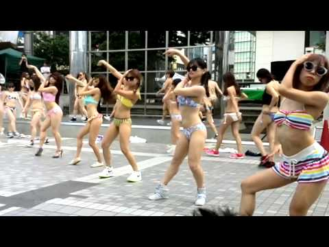 【Full】新宿でセクシーすぎる水着フラッシュモブダンス!