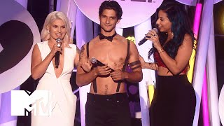 Tyler Posey Strips Down | 2015 MTV Fandom Awards