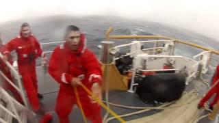 Coast Guard van Miami redt vijf opvarenden van een rollend visbootje op een ruwe zee (2012)