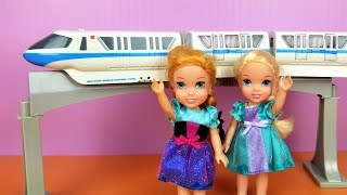 TRAIN ! Elsa and Anna toddlers - monorail - racing cars