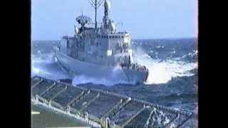 Repeat youtube video Hr Ms Zuiderkruis olieladen met Hr Ms Philips van Almonde met ruig zeetje 1989