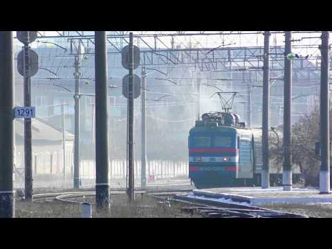 Проводник поезда выбрасывает отходы на ходу. Электровоз ВЛ40У-1397.2 с пассажирским поездом