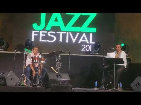 Edwin Cottocajón acompañando a  Carlos Serpas en el Festival de Jazz 2018.