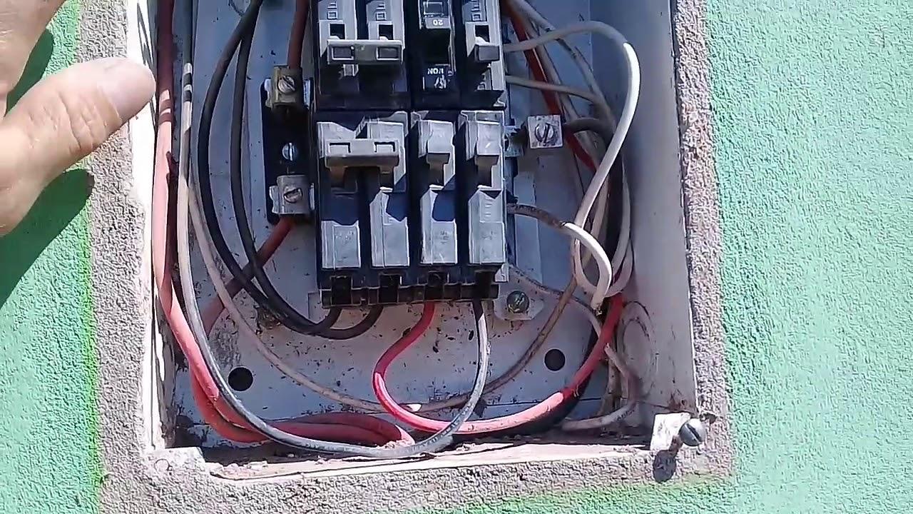 Reparando una falla elctrica en un centro de carga para