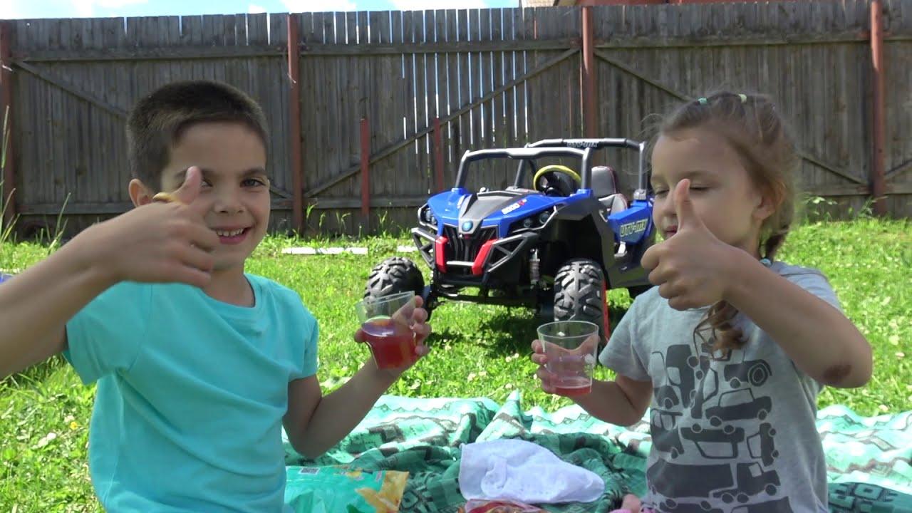 Андрей и Лика играют с игрушечными домиками для детей