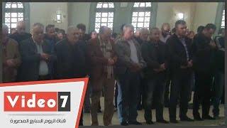 بالفيديو..محمد صبحى يؤدى صلاة الجنازة على زوجته بمسجد الشرطة