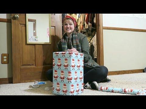 WRAPPING CHRISTMAS PRESENTS!!! VLOGMAS 2017!