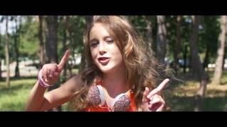 Kiki Mandousová - Problémům mávám ( Official Music Video )