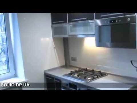 современная кухня с фасадами в металлических рамках