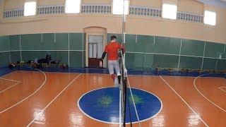 Волейбол, вид сбоку. Нападение, прыжок, блок. Любительский волейбол. Volleyball game