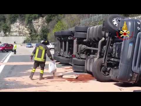 Camion ribaltato sulla A10 tra Varazze e Arenzano: traffico in tilt: video #1