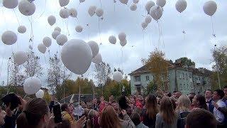 Пусть всегда будет мир! Салдинские школьники запустили в небо бумажных голубей