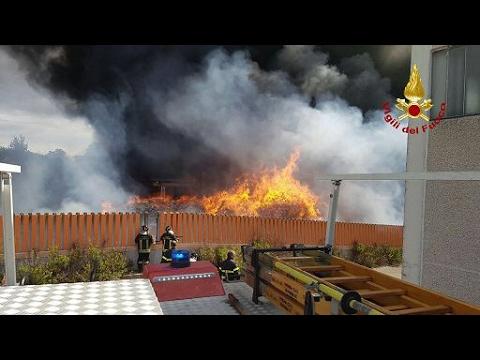Roma, incendio deposito rifiuti speciali/Rome, fire deposit special waste