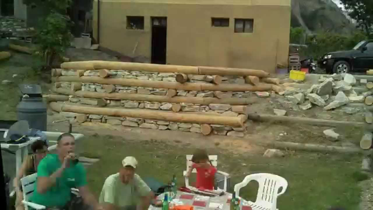 Mur en rondins et pierres youtube - Lit en rondin de bois ...