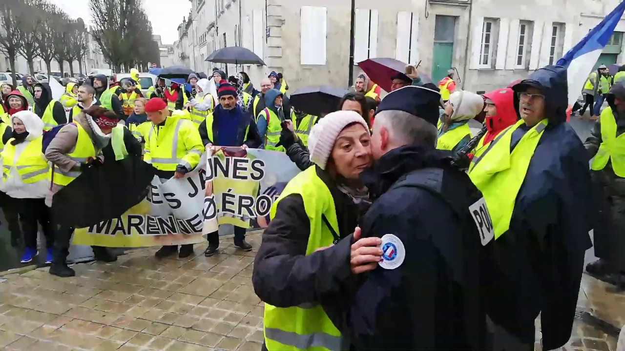 rochefort des gilets jaunes embrassent un policier youtube. Black Bedroom Furniture Sets. Home Design Ideas