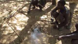 ブシュマン9火の上に小枝をのせながらウサギを焼く準備