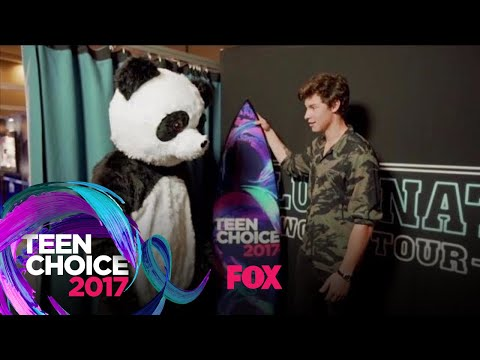 "Choicey The Panda Presents Shawn Mendes With The ""Choice Summer Male Artist"" Award 