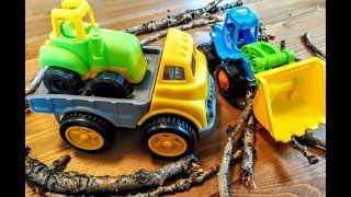 Синий трактор приходит на помощь грузовику и расчищает дорогу. Видео для детей.