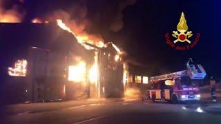Grande incendio nel porto di Ancona: scuole e parchi chiusi, i pompieri al lavoro