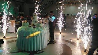 Жених и невеста разрезают свадебный торт / Конкурс букет невесты с лентами.