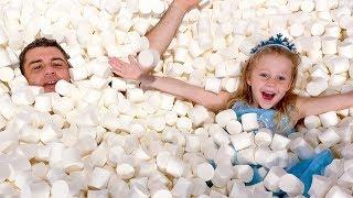 Nastya und Papa haben Spaß im Süßigkeitenmuseum