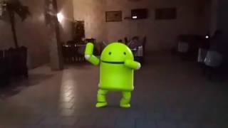 андроид танцует в кафе