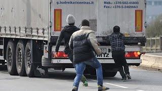 Người di cư ở Calais nỗ lực tuyệt vọng vượt biên sang Anh