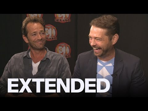 Luke Perry, Jason Priestley Remember Leaving A Mall In A Laundry Bin To Escape Fans | EXTENDED