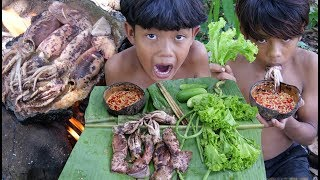 Primitive Technology - Cooking squid on a rock - Eating delicious