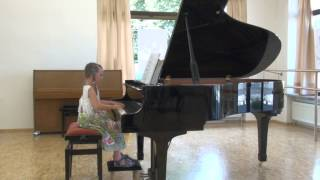 Pola (5 Jahre) - Mozart Menuett KV 2 - Musikschule Issakadze