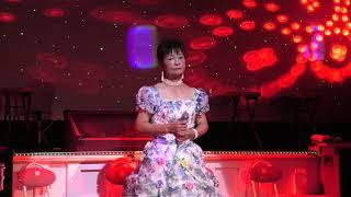 玉野市 2020/10/25 ♪曼珠沙華ー真っ赤な彼岸花を女の心に重ねて歌っています。女の激しい気持ちをサチコさん、しっかりと歌いあげていらっしゃいますねェ―。