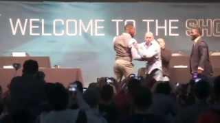 Jon Jones e Anthony Johnson fingem briga e armam pegadinha para Dana White