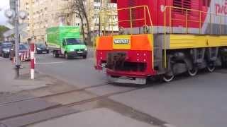 Поезд пересекает улицу.
