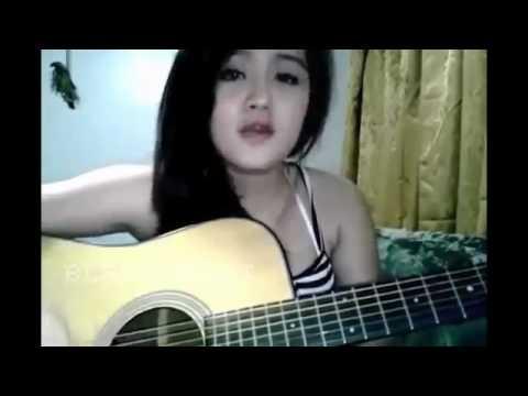 Cewek Cantik main gitar di harap fokus !!!