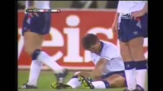Gary Lineker macht sich beim WM Spiel auf dem Platz in die Hose