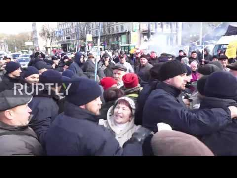Ukraine: Police clash with protesters demanding their money from failed banks
