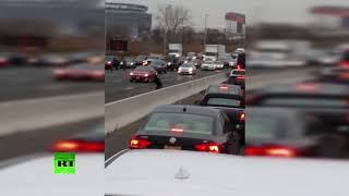 Деньги на дороге валяются: очевидец снял усыпанное купюрами шоссе в Нью-Джерси