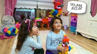 Öykü ve Masal'ın Renkli Konuşan Papağanı - Kids pretend play colors FurReal Friends Parrot