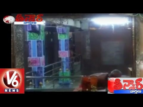 Caught On Camera | Bangalore Priest Robs Money From Temple Hundi | Teenmaar News | V6 News