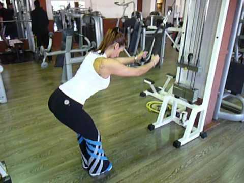 Exercice de musculation du dos : tirage vertical corde ...