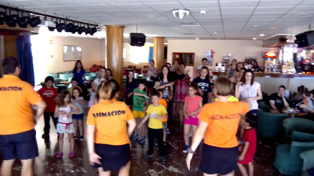 Bailando la canci n de hoteles poseidon en el hotel for Hoteles familiares en benidorm
