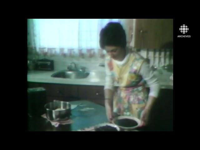 Madame Denise Patoine et sa tarte aux bleuets du Lac-Saint-Jean en 1977.