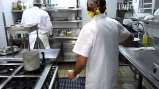 tv mil grau mostra cozinha de restaurante