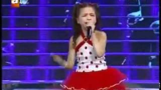 la petite fille qui chante pour sa mere elle as pas vue (elle as  fait pleurer plein de monde)