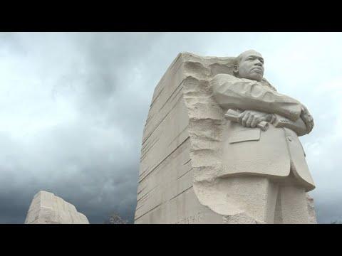 Hommage à Martin Luther King devant son mémorial