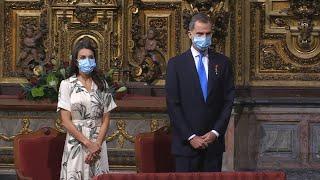 La Reina sorprende con un vestido de inspiración vegetal en Santiago