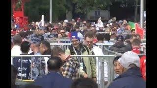 Футбольные болельщики прибывают к стадиону Лужники