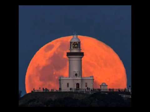 Восхождение луны над маяком в городе Байрон Бей (восток Австралии)