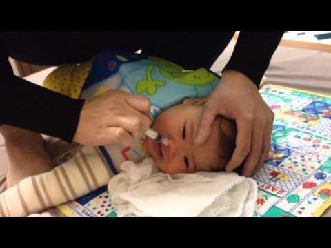 Rửa mũi cho bé Gấu- phương pháp k mới tẹo nào!